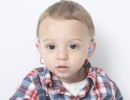 Perte d'audition chez l'enfant et appareil auditif précoce